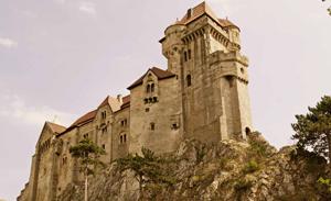 Die Burg Liechtenstein ist vom Hotel Restaurant Hotwagner über einen Fußweg von ca. 5 min zu erreichen.